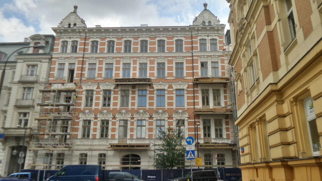 po latach wylania sie fasada jednych  najpiekniejszych kamienic srodmiescie