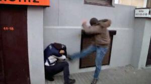 Policjant, który kopał demonstranta, usłyszał zarzuty