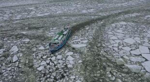 Lodołamacze kruszą lód na Wiśle
