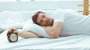 Śpimy godzinę dłużej. Jak zmiana czasu wpływa na zdrowie?