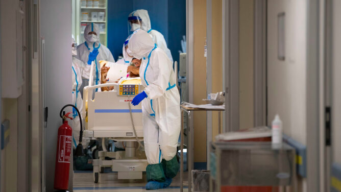 Profesor Simon: zakażenie koronawirusem zależy od liczby cząstek wirusa, na którą jesteśmy narażeni