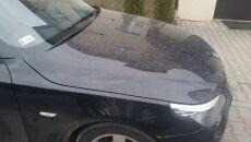 Auto przykryte saharyjskim piachem