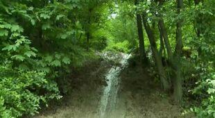 Ziemia zwaliła się na drogę nieopodal Nowego Sącza (TVN24)